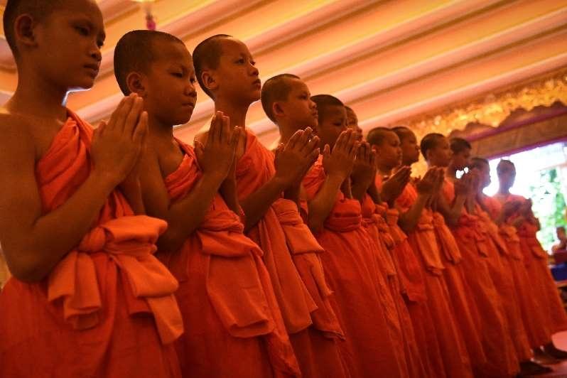 Meninos resgatados de caverna na Tailândia saem de retiro espiritual