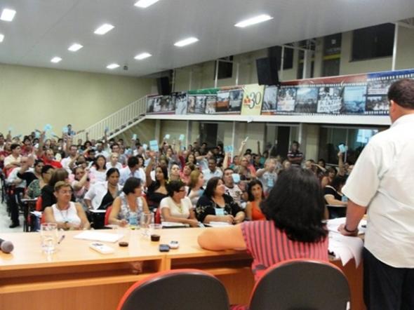Trabalhadores em educação do estado aprovam paralisação geral em 16 de março