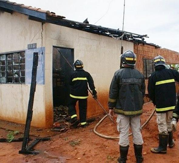Família perde casa após incêndio na cidade de Três Lagoas