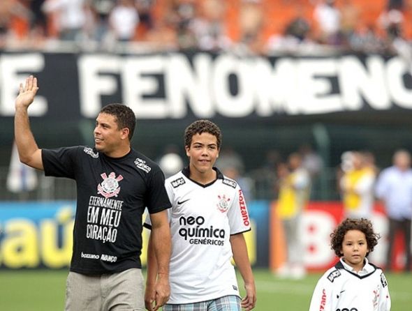 Com a benção de Ronaldo, Timão vence o Santos e é o único invicto