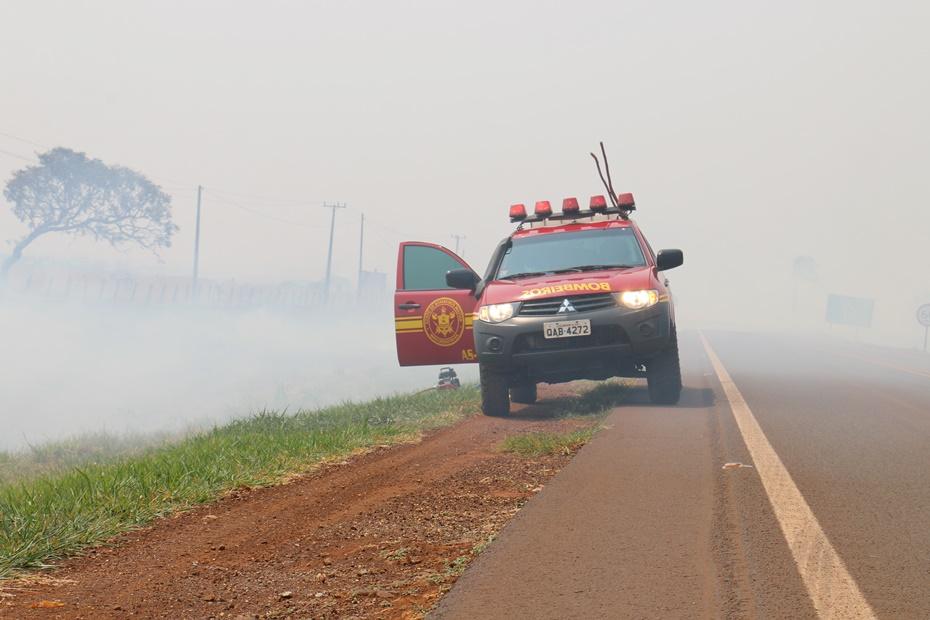 Com ajuda de fazendeiros, bombeiros conseguem controlar queimada em pasto na Fazenda Exposição