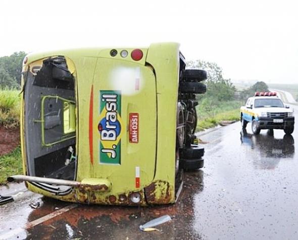 Micro-ônibus tomba na rodovia MS-134