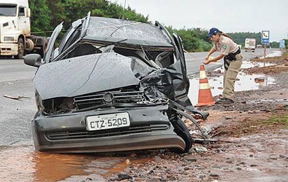 Acidente entre carro e carreta deixa uma pessoa em estado grave na capital