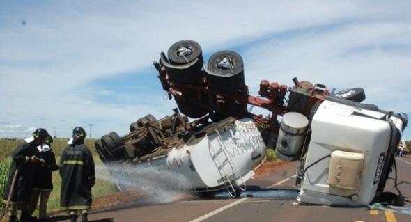 Carreta tomba ao bater em carro e derrama 23 mil litros de gasolina
