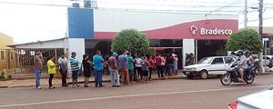 Na véspera de feriadão da Páscoa, servidores fazem fila para sacar o pagamento de março