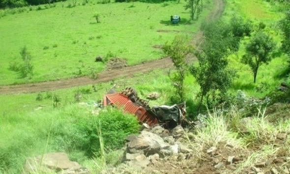 Caminhão carregado de contrabando cai em ribanceira na Serra de Maracaju