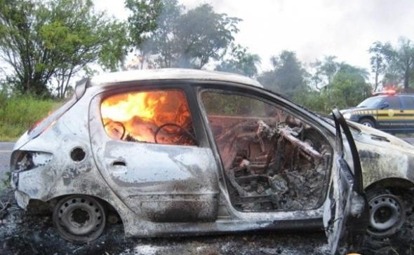 Carro carregado com maconha é encontrado queimado em Bela Vista