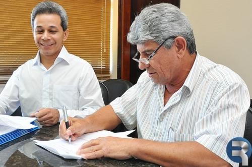 Daltro Fiúza assina R$ 5,7 milhões em ordens de serviços e contratos