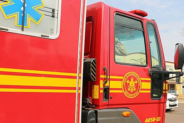 Homem é socorrido por bombeiros após cair de escada enquanto realizava serviço