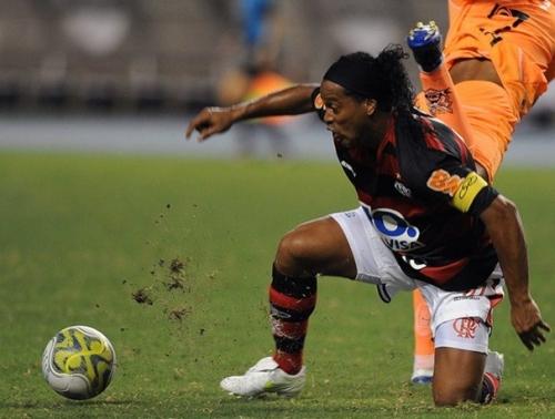 Oportunista, Wanderley faz no fim e garante festa na estreia de Ronaldinho