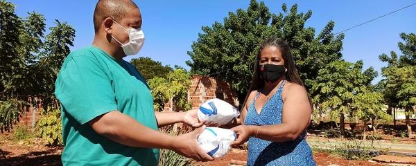 Direção do hospital se sensibiliza e doa máscaras e álcool em gel para comunidade