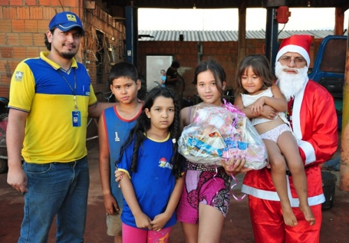 Papai Noel dos Correios  está entregando presentes à garotada de Sidrolândia