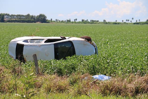 Passageiro sem cinto de segurança morreu ao ser jogado para fora de veículo que capotou na BR-060