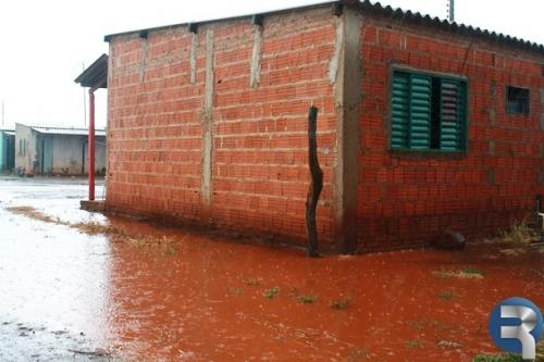 Chuva deixa moradores do Cascatinha ilhados