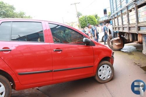 Colisão entre carro e caminhão na rotatória próxima rodoviária