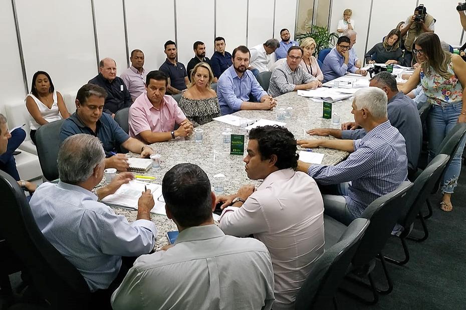 Na reunião com Reinaldo em Aquidauana, prefeito apresenta projeto do acesso ao Frigorífico Balbinos