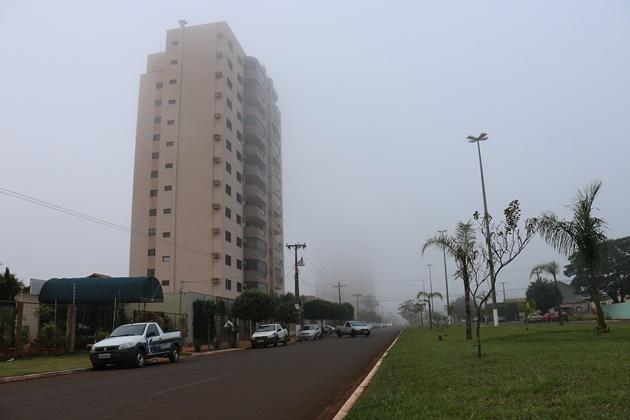 Queda de temperatura faz neblina encobrir céu de Sidrolândia; condutores terão que redobrar atenção no trânsito
