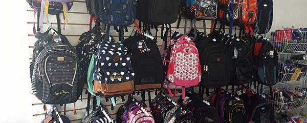 Livraria vende mochila escolar pela metade do preço e oferece diversos serviços ao consumidor