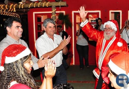 Casa do Papai Noel recebe milhares de visitantes em ato inaugural