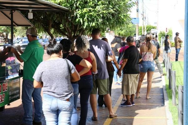 População ignora quarentena, circula pelas ruas e faz fila nos bancos