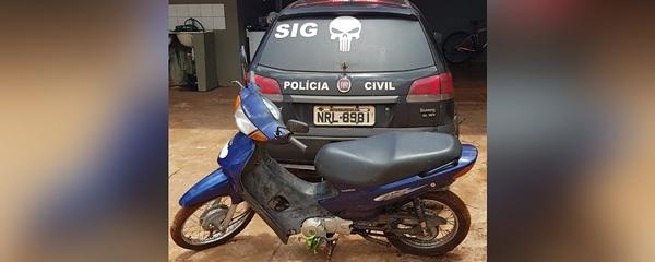 Polícia recupera moto furtada que estava escondida em matagal próximo a Sanesul