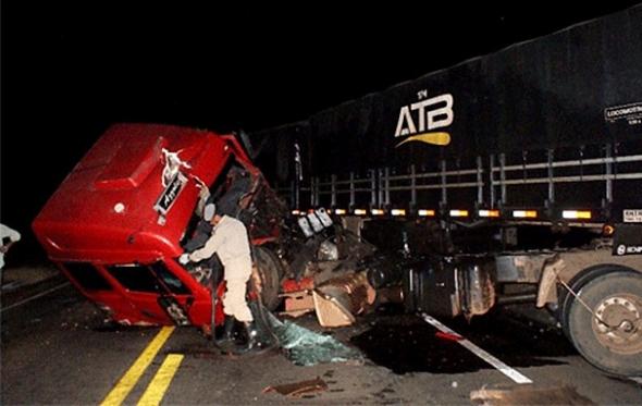 Motorista sai ileso em acidente envolvendo duas carretas na BR 163