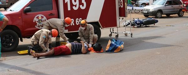 Motociclista fica ferido após bater contra carro na Dorvalino dos Santos