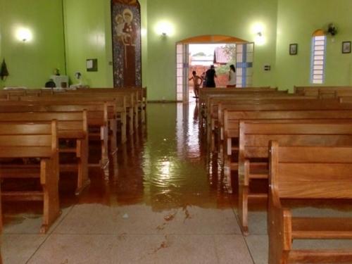 Temporal inunda igreja em Dourados