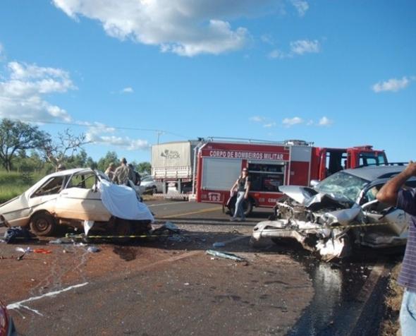 Acidente entre Hilux e um Corcel mata dois BR-163 em Campo Grande