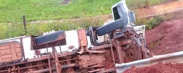 Caminhão carregado com ração sai da pista entre Sidrolândia e Dois Irmãos do Buriti