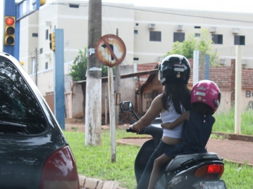 Lei limita o transporte de criança em moto