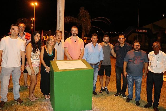 Prefeitura entrega 1º asfalto comunitário e planeja levar projeto para Vila Carinhosa e Altos da Figueira