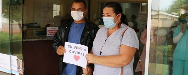 Casal que teve Covid-19 se emociona ao deixar hospital após ter alta