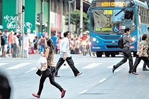 Início das multas para pedestres e ciclistas no Brasil é adiado para 2019