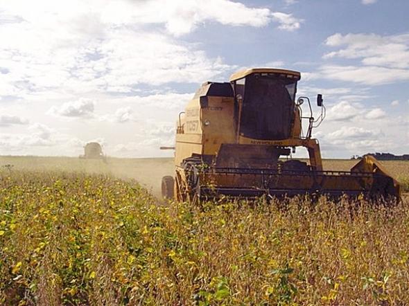 Chuva dá trégua e colheita da soja avança na região