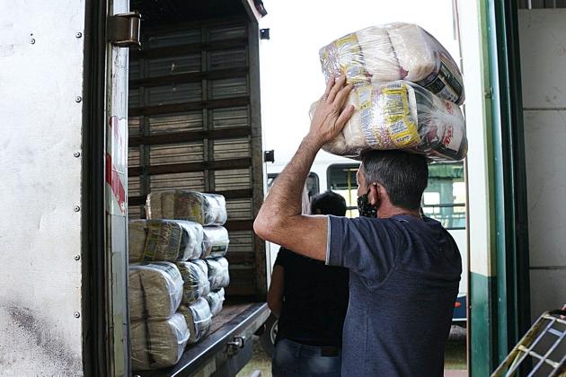 Em 3ª etapa de entregas, Assistência Social distribui cestas básicas e máscaras para população carente
