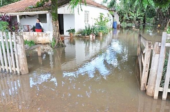 Chuva forte deixa sitiante ilhado dentro de casa em Deodápolis