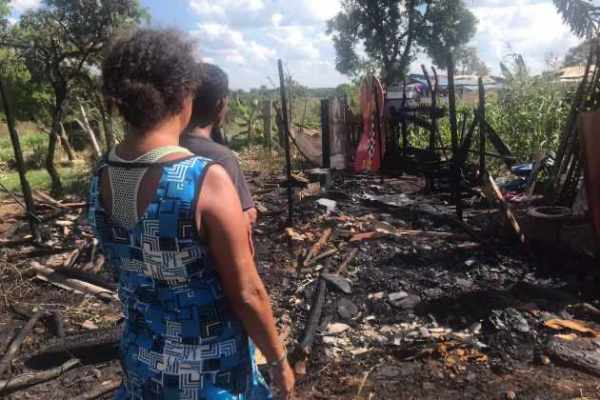 Barracos são destruídos por fogo e moradores perdem de roupas a alimentos