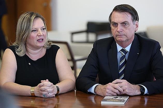 Bolsonaro troca Joice Hasselman por Eduardo Gomes como líder do governo no Congresso