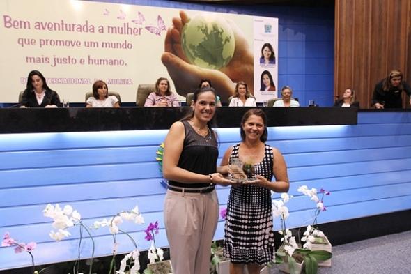 Dia da Mulher: Marcio Fernandes homenageia liderança em sessão solene