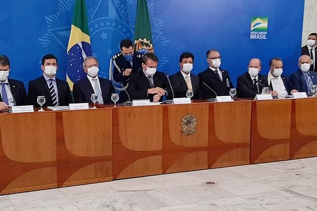 Em entrevista sobre coronavírus, Bolsonaro diz que governo ganha de goleada e pede elogios