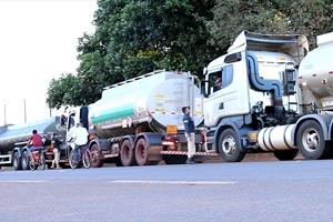 Comboio deixa 2 caminhões de gasolina para atender Sidrolândia