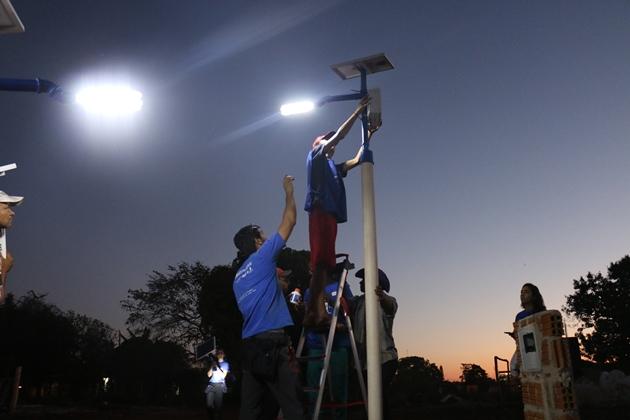 História de garoto inventor atraiu ONG que instalou energia solar na comunidade