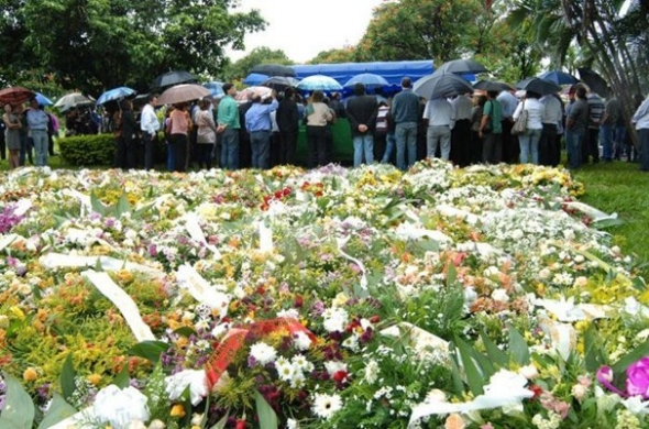 Muitas flores e lágrimas marcam despedida de Celina Jallad