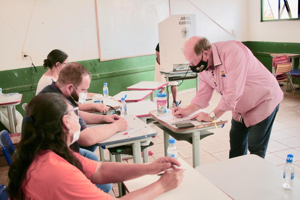 Acompanhado de assessores, Enelvo votou na Escola Valério e falou com a imprensa