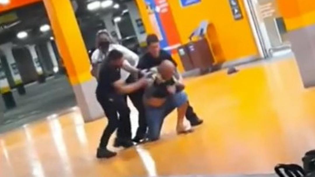 Homem negro é espancado até a morte em supermercado do grupo Carrefour