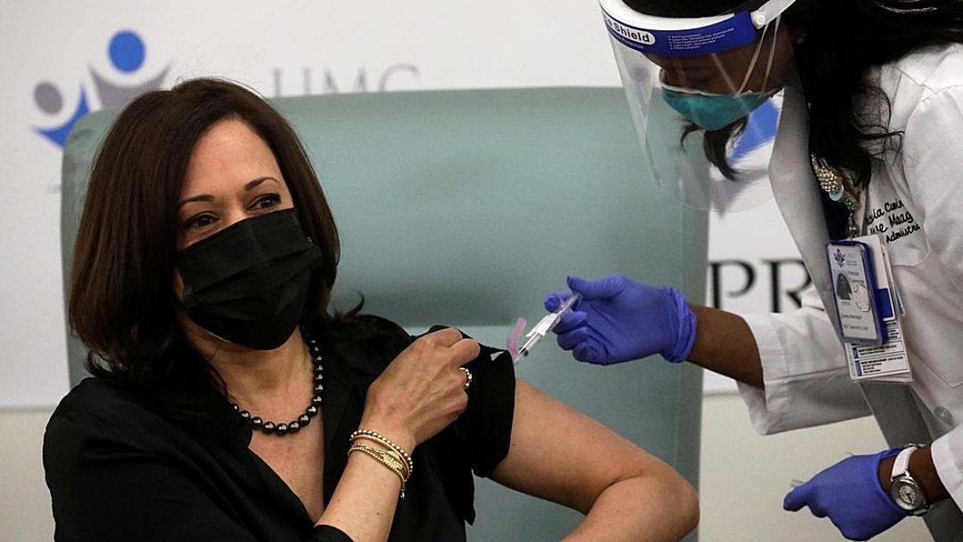 Kamala Harris recebe vacina contra Covid-19