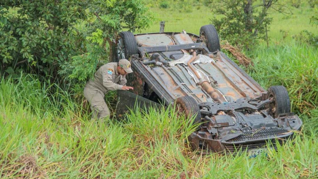 Na chuva, condutor dorme ao volante e Corolla comprado há uma semana capota
