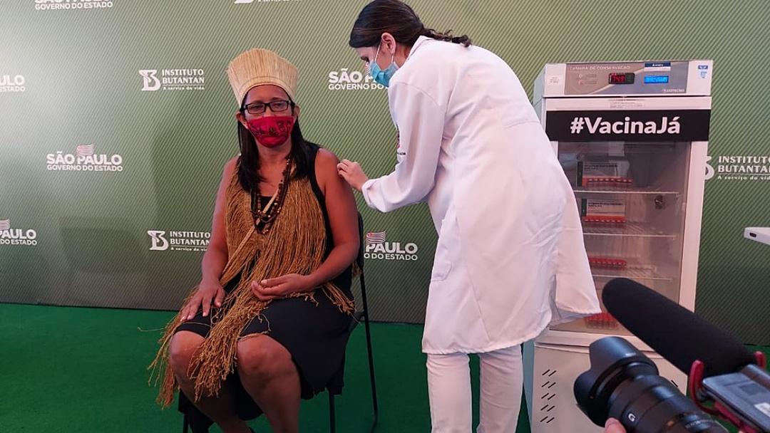 Enfermeira é 1ª a receber vacina no Brasil: 'Não tenham medo'