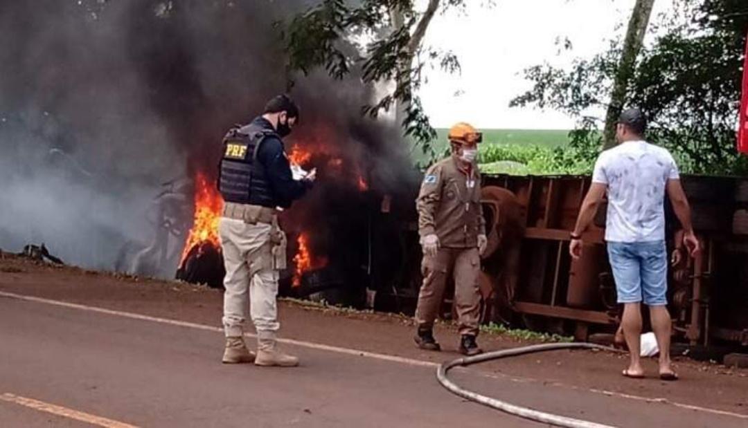 Caminhão com suínos pega fogo e bombeiro é atropelado ao sinalizar acidente